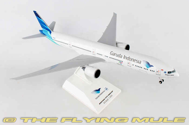 1 200 777-300 Garuda Indonesia con tren de aterrizaje